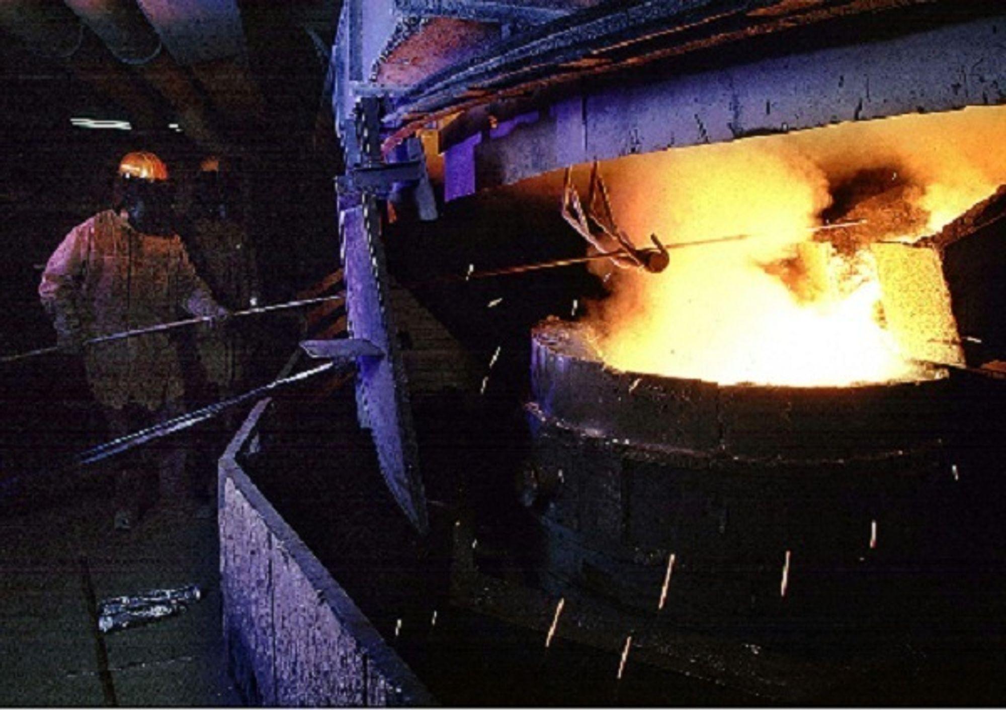 ØKTE UTSLIPP: Norge slipper ut for mye nitrogenoksider. Økt produksjon av jern, stål og ferrolegeringer får skylda. Illustrasjonsfoto fra produksjon av ferrosilisium ved Finnfjord smelteverk.