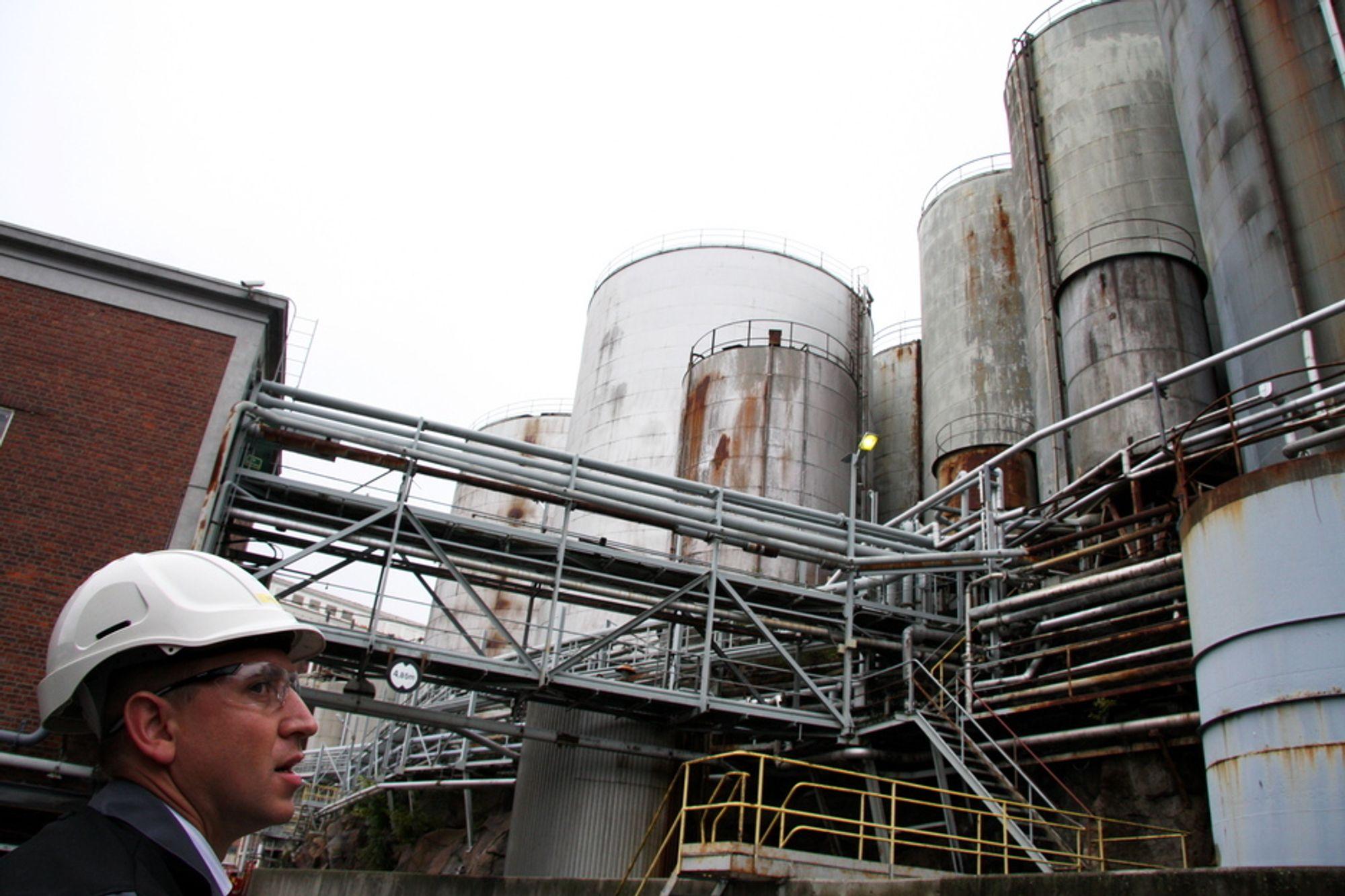 Oleon i Sandefjord er blant selskapene som er blitt anmeldt av Klif for ulovlig lagring av farlig avfall. Til venstre kvalitets- og sikkerhetsansvarlig hos Oleon, Erik Røyeng.