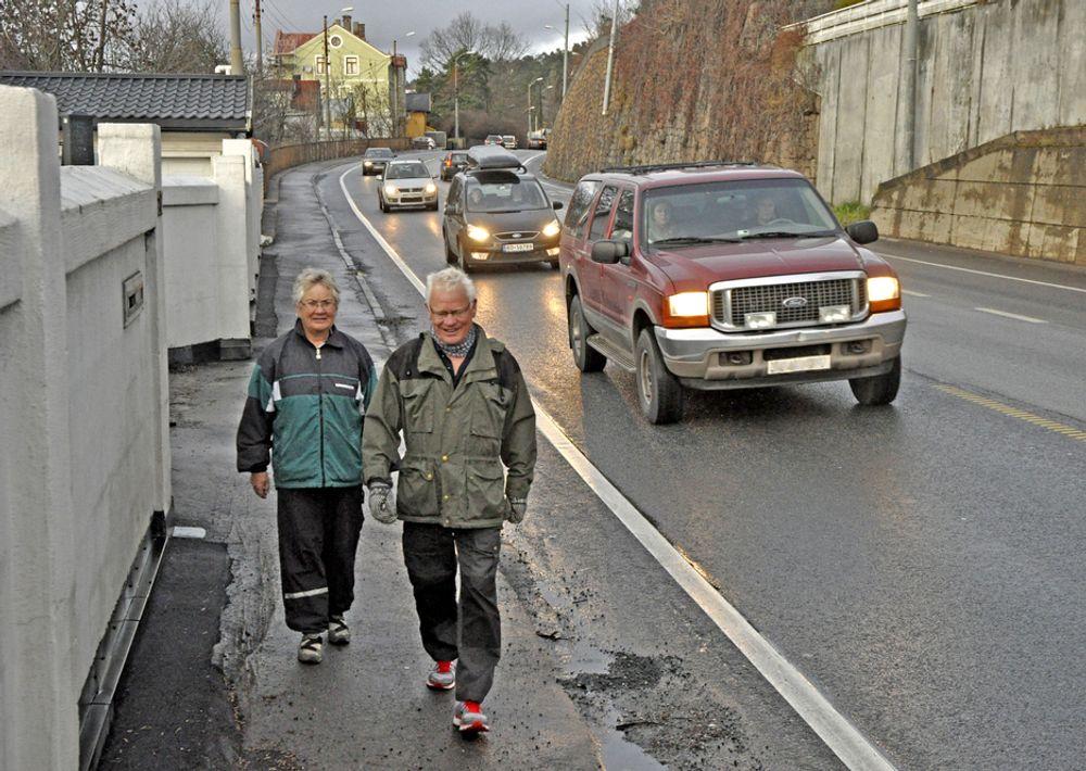 Ikke særlig hyggelig å gå langs denne vegen. Asfalten inviterer heller ikke til å bruke den smale sykkelbanen ved siden av. Implenia ligger an til å få jobben med å bedre forholdene.