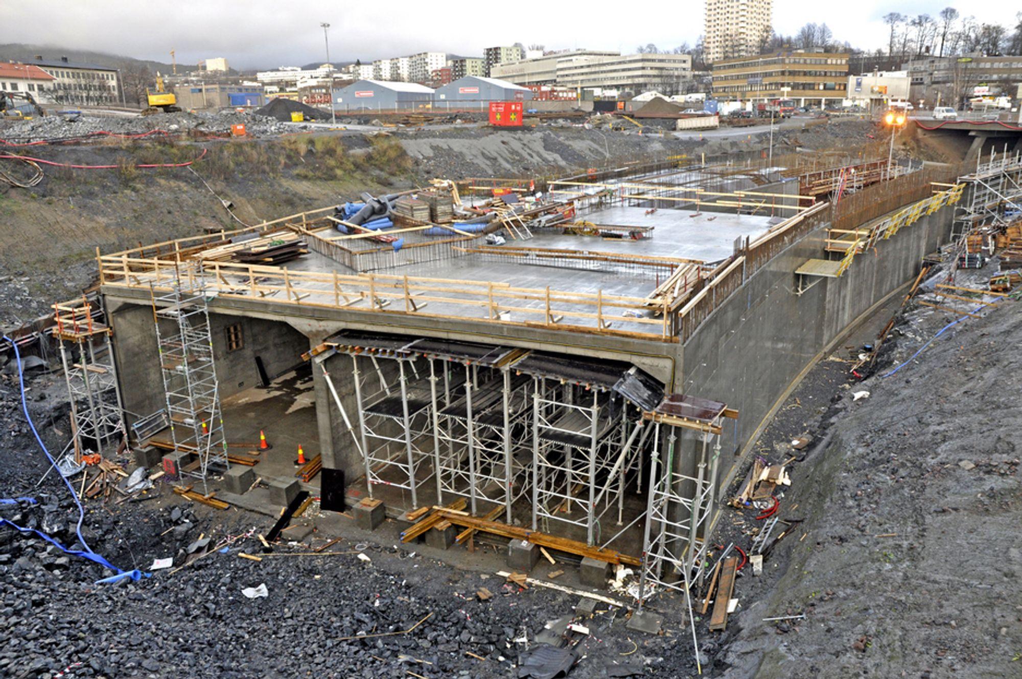 Økerntunnelen tar form i byggegropa. Når den er ferdigstøpt, skal OneCo Teksal fylle den med elektrisk utstyr og Siemens med SRO-utstyr.