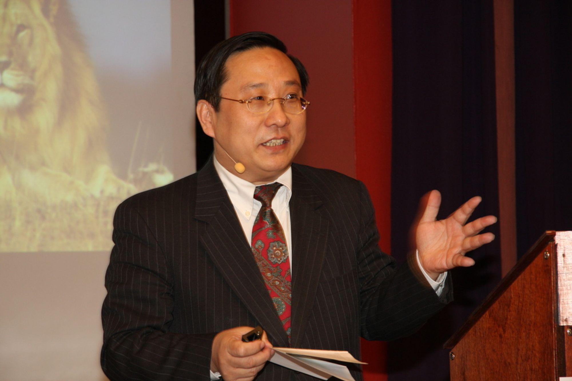 DRAGENS MAKT: Kina har flest mobilbrukere, flest nettbrukere, lager flest biler og er best på lyntog. Victor Gao skryter av kinesisk fremgang og tror den vil fortsette.