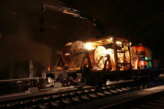Bærumstunnelen IKKE STRØMSKINNE: Bærumstunnelen har et konvensjonelt kontaktledningsanlegg. Her pågår strekking av kontaktledning. Det er til sammen 12.000 meter kontaktledning som er strukket fra slike tromler gjennom hele tunnelen.