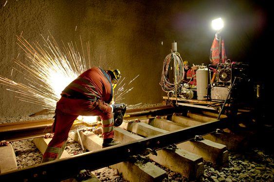 Jernbaneteksniske arbeider er i full gang i Bærumstunnelen. Her arbeider et sveiselag fra Baneservice med å sviese skinnene sammen som ble lagt ut i februar. Bærumstunnelen