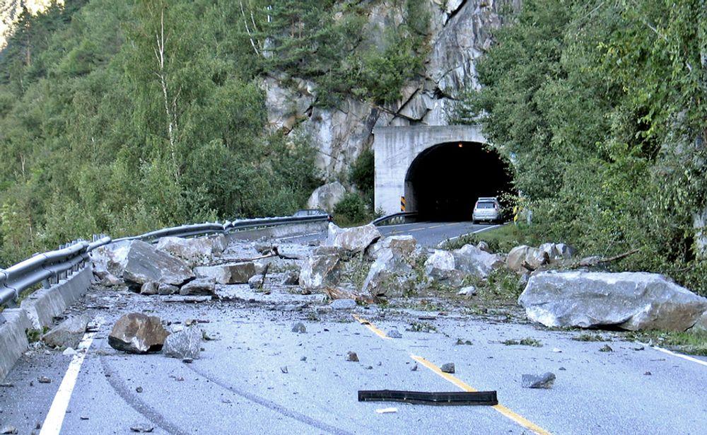 Slik så det ut ved Midtbekktunnelen på Oppdølsstranda 24. august 2008. Den er en av flere små tunneler som forsvinner fra riksveg 70 når den 7,5 km lange tunnelen åpnes.
