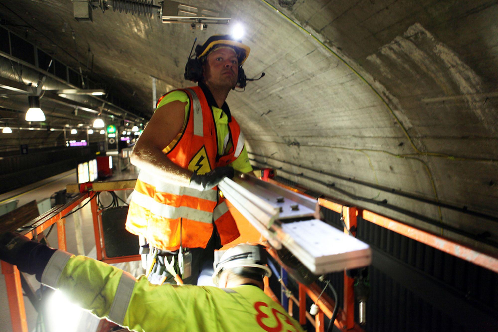 Investeringene i jernbanen har gått i været de siste årene, mens punktligheten har gått motsatt vei. Her fra montering av takstrømskinne i Oslotunnelen.