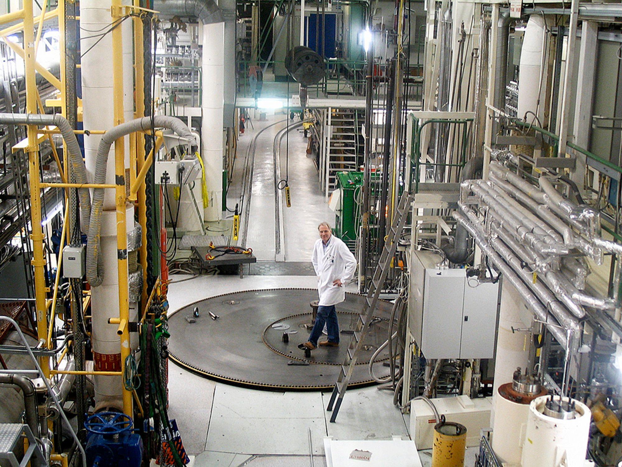 STRIDENS KJERNE: Mye av det brukte atombrenselet i Halden er gammelt og består av såkalt metallisk uran fra reaktorens første kjerne. Dette uranet løser seg lettere opp i kontakt med vann enn mer moderne reaktorbrensel (UO2), og må stabiliseres. Hvordan er fortsatt ikke avklart.