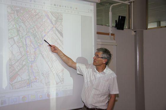 UPPSALA: Gatudirektør Tom Karlsson i Uppsala kommune viser traseen som er valgt for et PRT-system. Han håper på byggestart i 2013 og drift fra 2015.