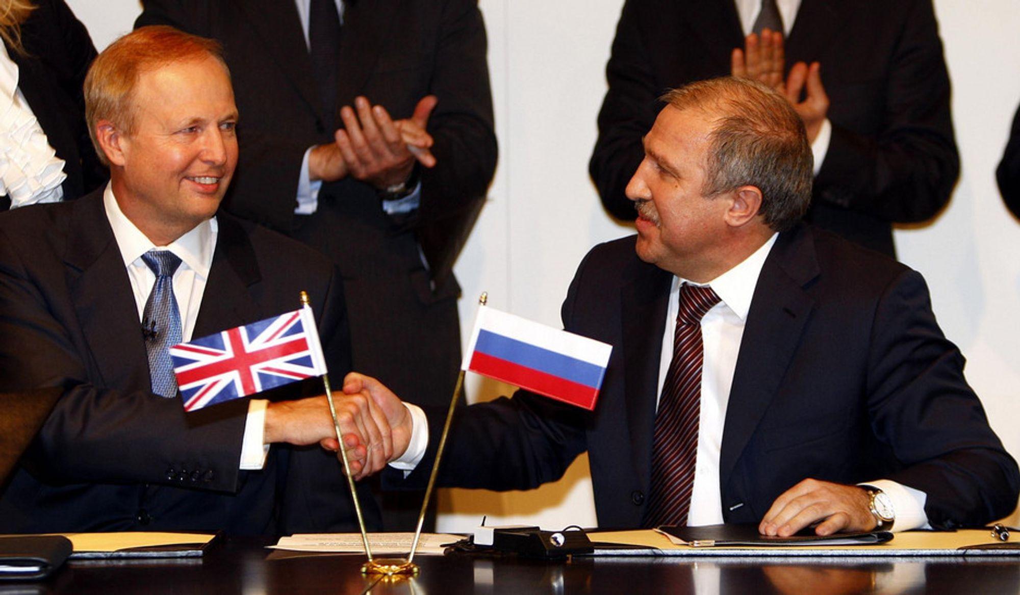 ENIGE: BP-sjef Bob Dudley (t.v.) og Rosneft-sjef Eduard Khudainatov ble enige om Arktis fredag 14. januar, i et møte ved BPs hovedkvarter i London.