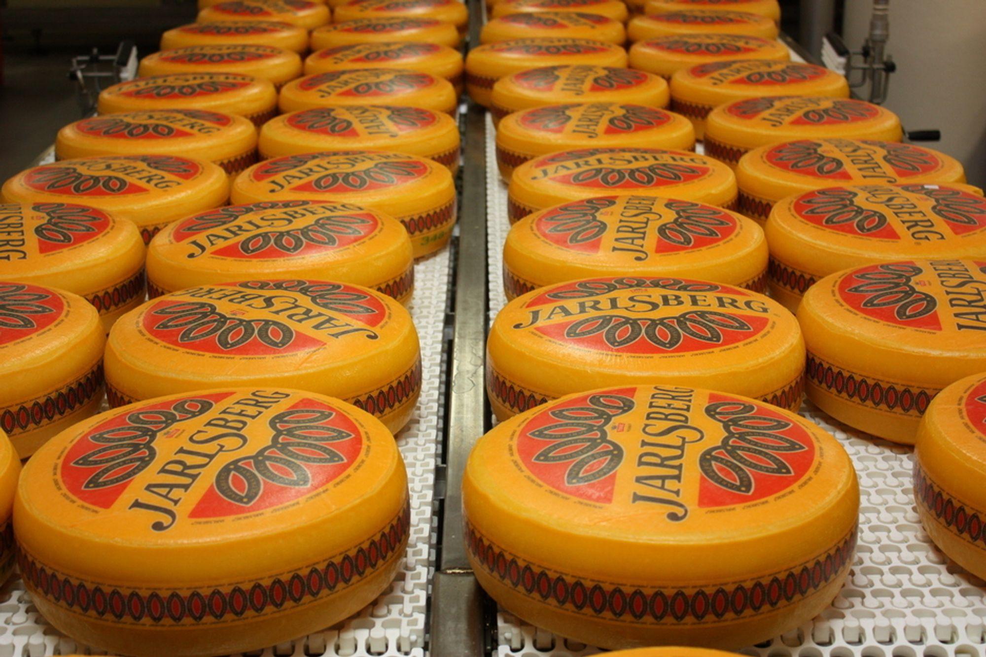 STØRSTE INDUSTRI: Næringsmiddelindustrien i Norge, her ved osten Jarlsberg, er den største industrien i landet med et salg på 122 milliarder kroner i 2010. Samlet vokste norsk industri med 3,7 prosent i fjor.