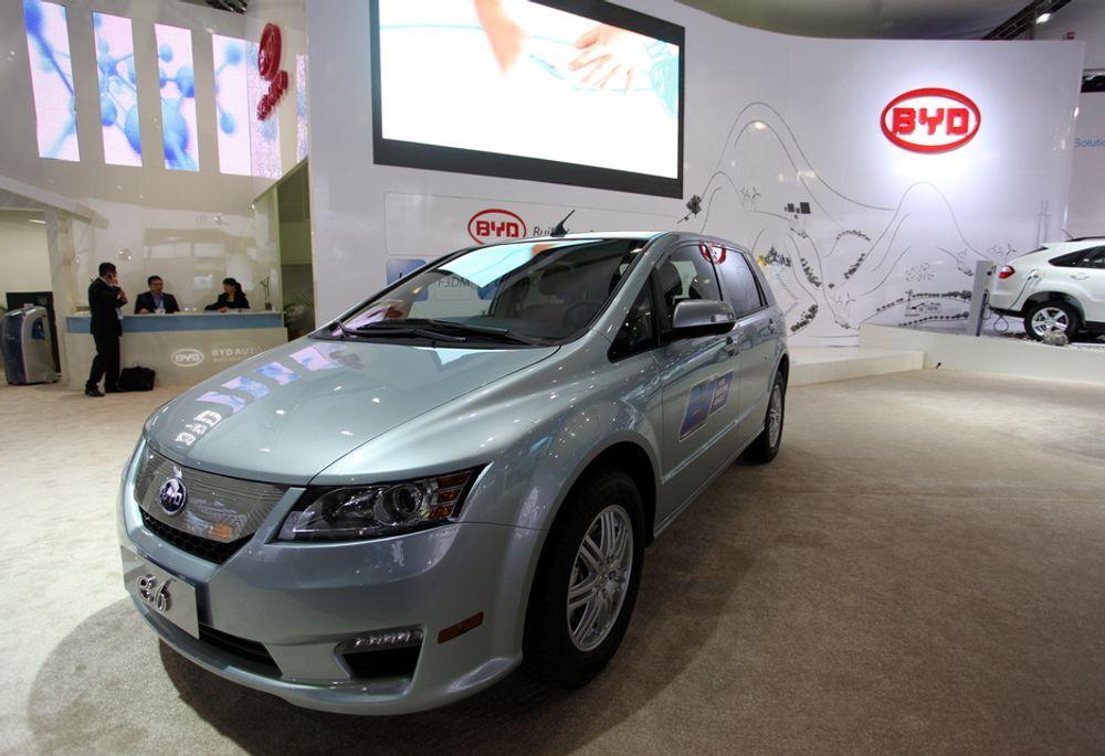 KINESISK ELBIL: Den kinesiske BYD E6 er en av mange elbiler som står på utstilling under bilmessen i Detroit i disse dager. Kineserne har store planer, og skal sette opp 10 millioner ladestasjoner for elbiler innen 2020.