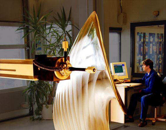 KVALITETSKONTROLL: Propellblad måles og kontrolleres etter bearbeiding.