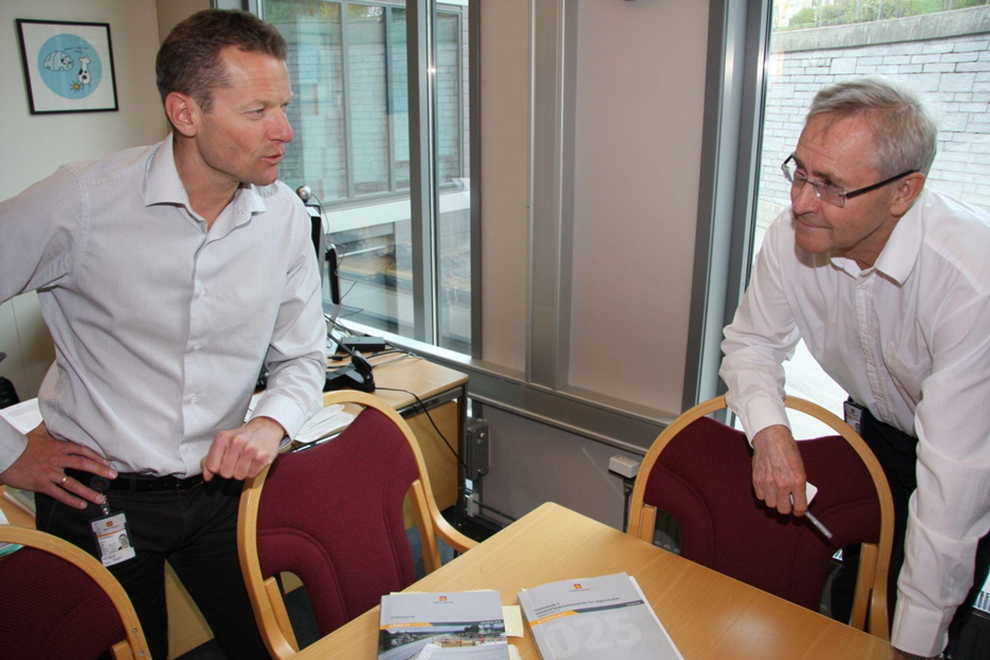 MÅ SKJERPE KRAV: - Vi må skjerpe kravene til frostsikring ved veibygging, sier direktør i vei- og transportavdelingen i Statens vegvesen, Lars Erik Hauer (til venstre). Her diskuterer han telehivproblemene på norske veier med avdelingsdirektør Eirik Øvstedal.