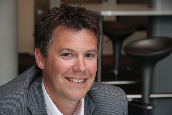 FORBEDRINGER: Magnus Hvam forteller om kvalitetsforberinger som en forberedelse før utvikdete rettigheter vil bli gitt boligkjøpere. Han er snart i mål.