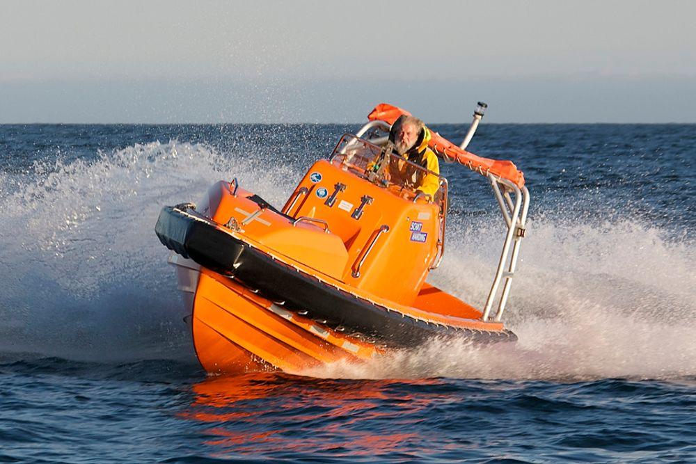 FULL SVING: Birger Kullmann har designet denne redningsbåten, Stinger 630, for Umoe Schat Harding. Her tester han den selv i full sving i 38 knop. Gjengitt med tillatelse fra Birger Kullmann Design