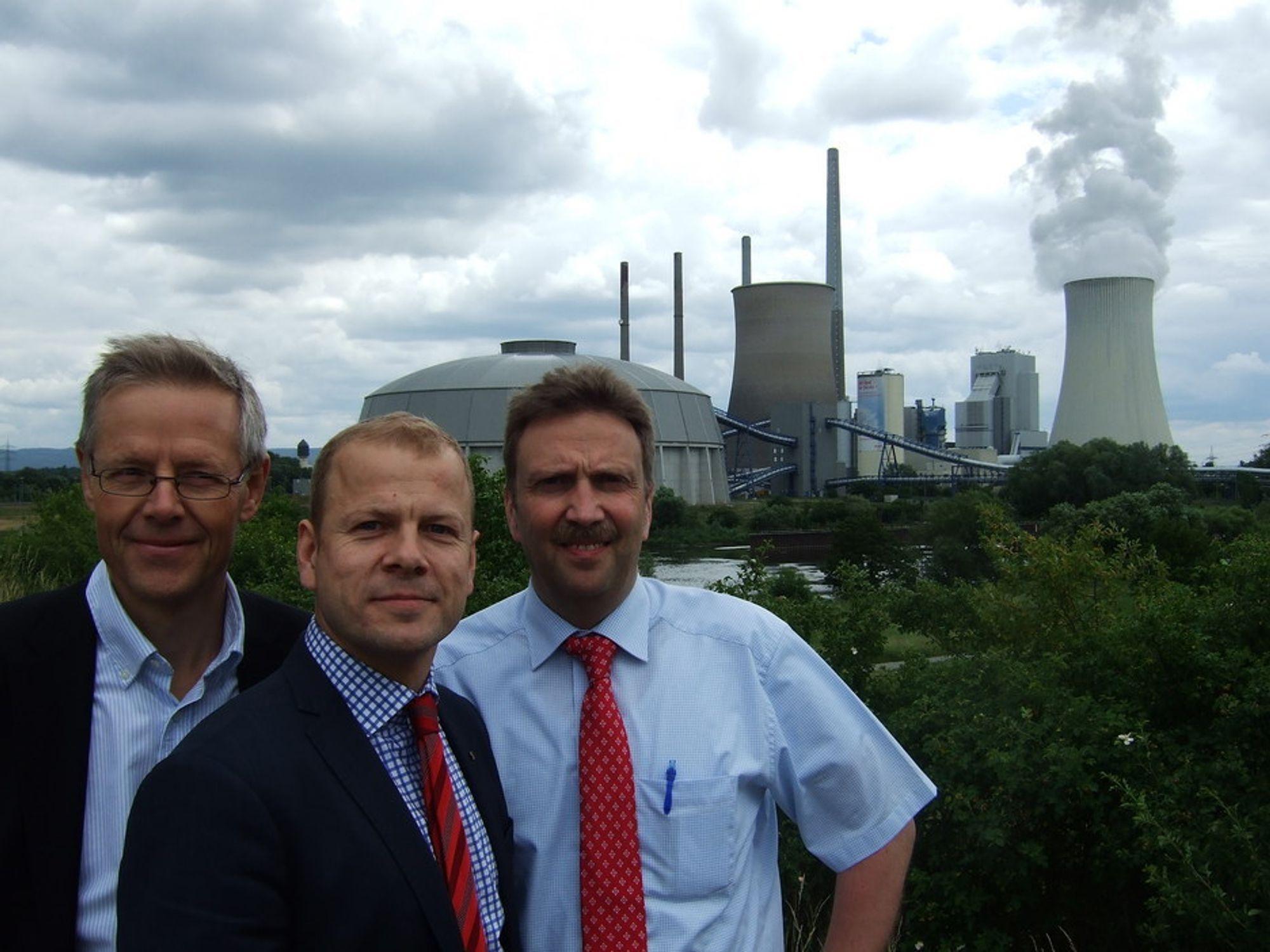 IMPONERT SV-ER: Divisjonsdirektør Tore Tomter i Siemens, SVs Heikki Holmås og dr. Rudiger Schneider i Siemens utenfor Staudinger-kraftverket.