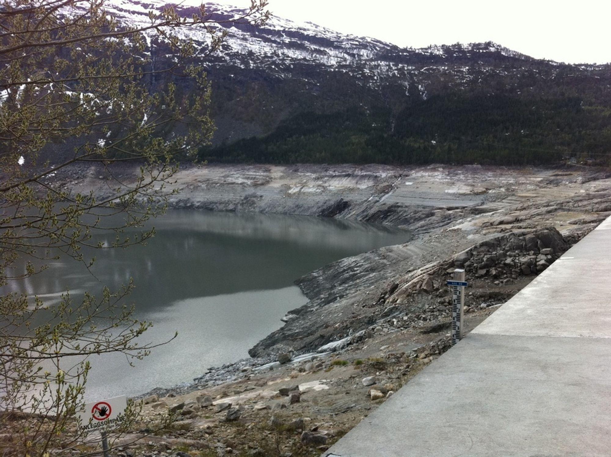 HISTORISK: Det er lenge siden norske vannmagasin har vært så nedtappet.  Dette er et ferskt bilde fra Ringedalsvatnet, som  tilhører Oksla-Tysso-komplekset.