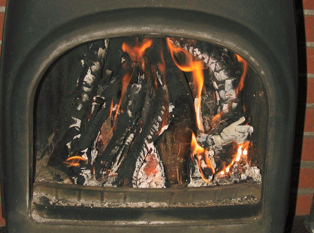 Nye rentbrennende ovner bruker 30 til 40 prosent mindre ved for å varme  opp et rom, enn en eldre ovn.