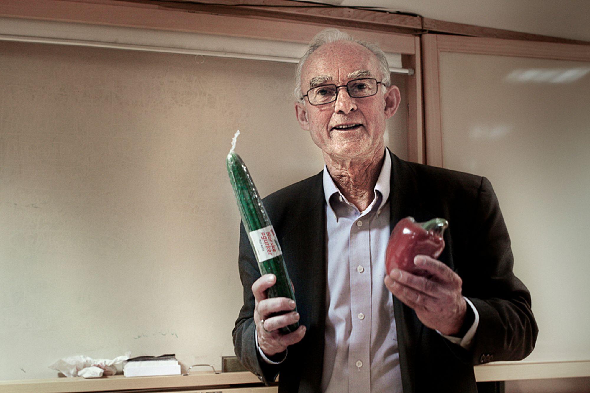 Kjell Løvold slår et slag for plasten. Han mener plast er bedre enn papir når det gjelder effektiv energiutnyttelse og får støtte av SINTEF-forsker.