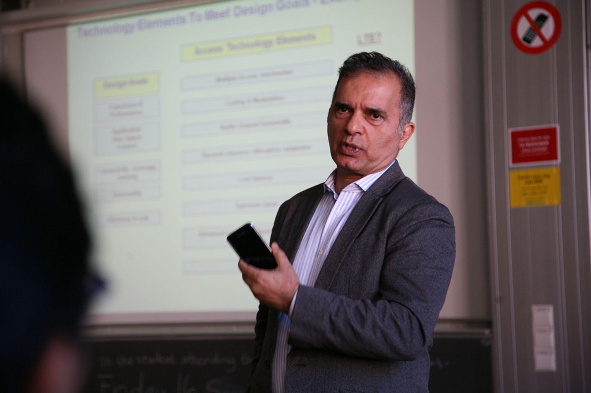 NYTT: Javan Erfanian mener mobilen blir tynnere og tynnere.