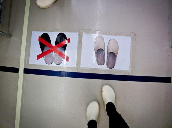Før man i det hele tatt kommer seg inn i renrommet må man bytte sko som ligger til utlån to ganger. De hvite skoene er de man bruker i selve renrommet.