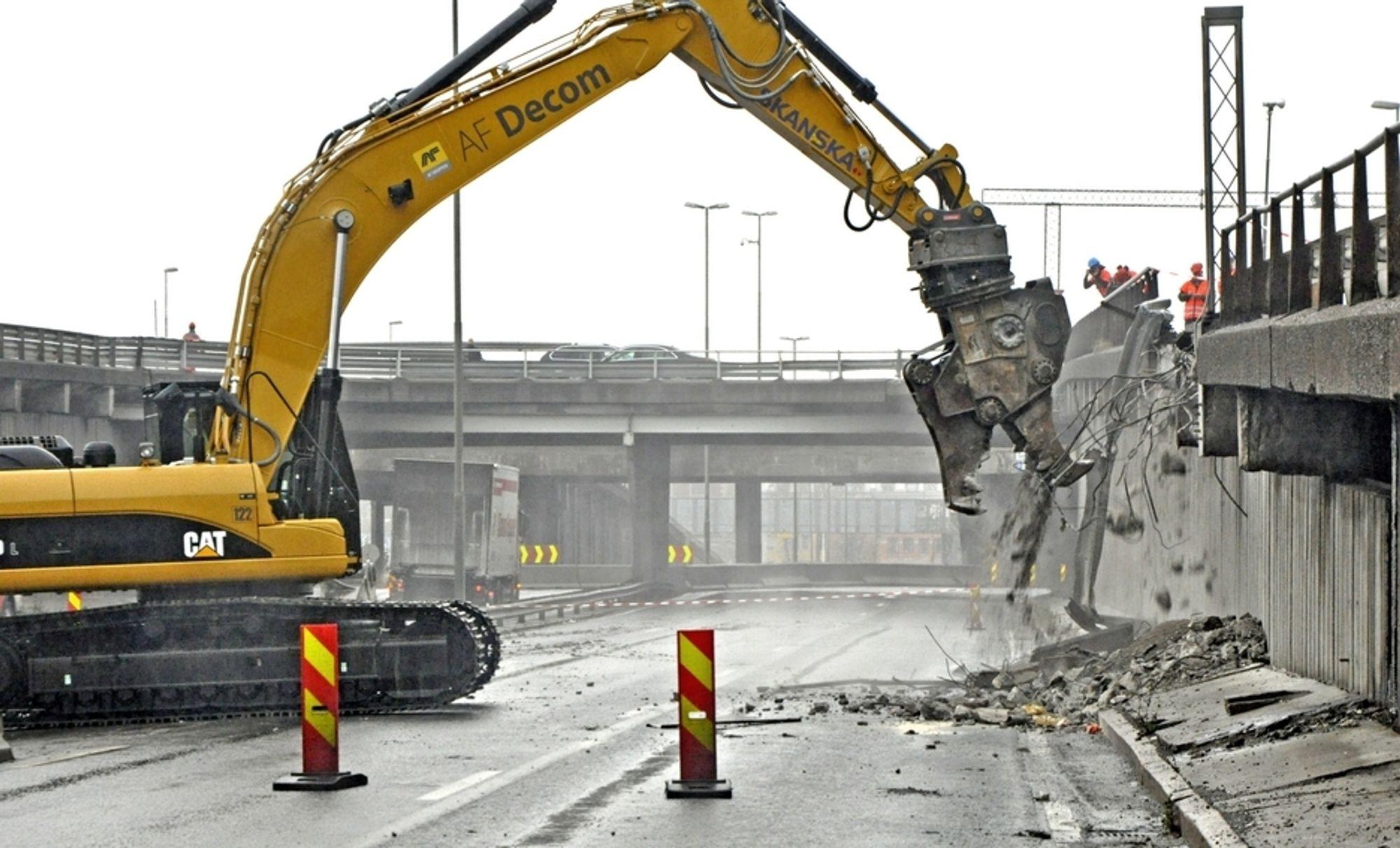 En Caterpillar HP30 rivingssaks på 3,6 tonn med et utseende som et fryktinngydende rovdyr tar tok første jafs en av rampene mot Bispelokket.