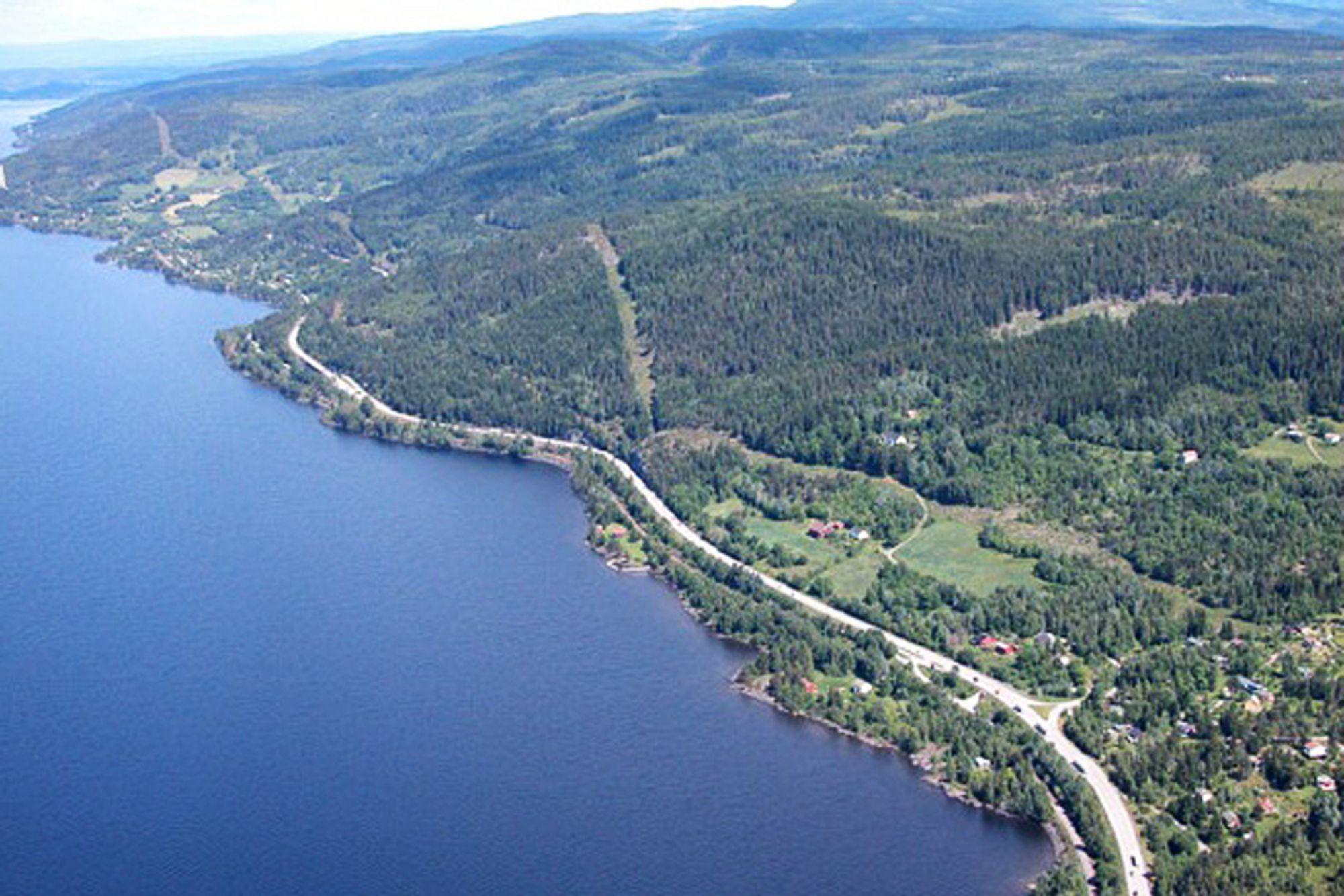 DOBBELT: Her, langs østsiden av Mjøsa skal det bygges dobbelt i dobbelt forstand: dobbeltspor for Jernbaneverket og firefelts motorvei for Statens Vegvesen.