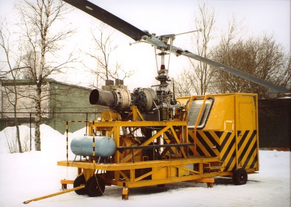 FØR: Den gamle testbenken for Bell 412-hovedgirboksen måtte forankres i bakken.