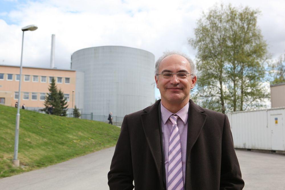 SER ALT: Nøytronmikroskopet ESS kan gi viktige fortrinn for skandinavisk forskning og utvikling: - Hva skjer for eksempel hvis vi forstår hvordan proteinet som fører til Alzheimers fungerer? Det vil være et gjennombrudd, sier forskningssjef Dimitri Argyriou, her foran Jeep II-reaktoren på Kjeller.