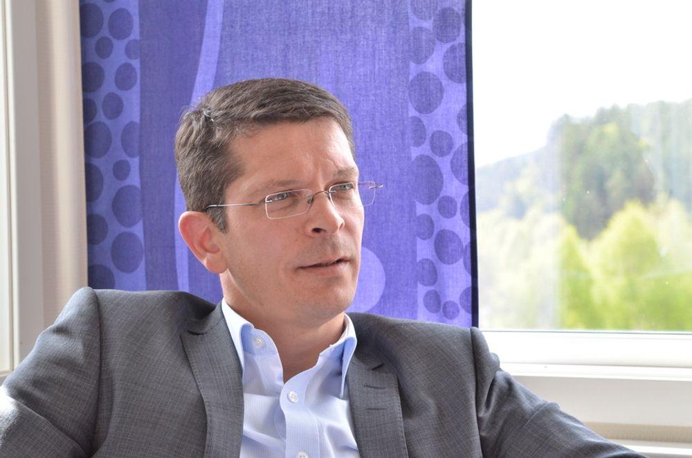 PÅ HANDLETUR: administrerende direktør i Kongsberg Maritime Geir Håøy,  har vært på handletur på Sunnmøre. Med seg i handleposen fikk han bedriten Evotec.