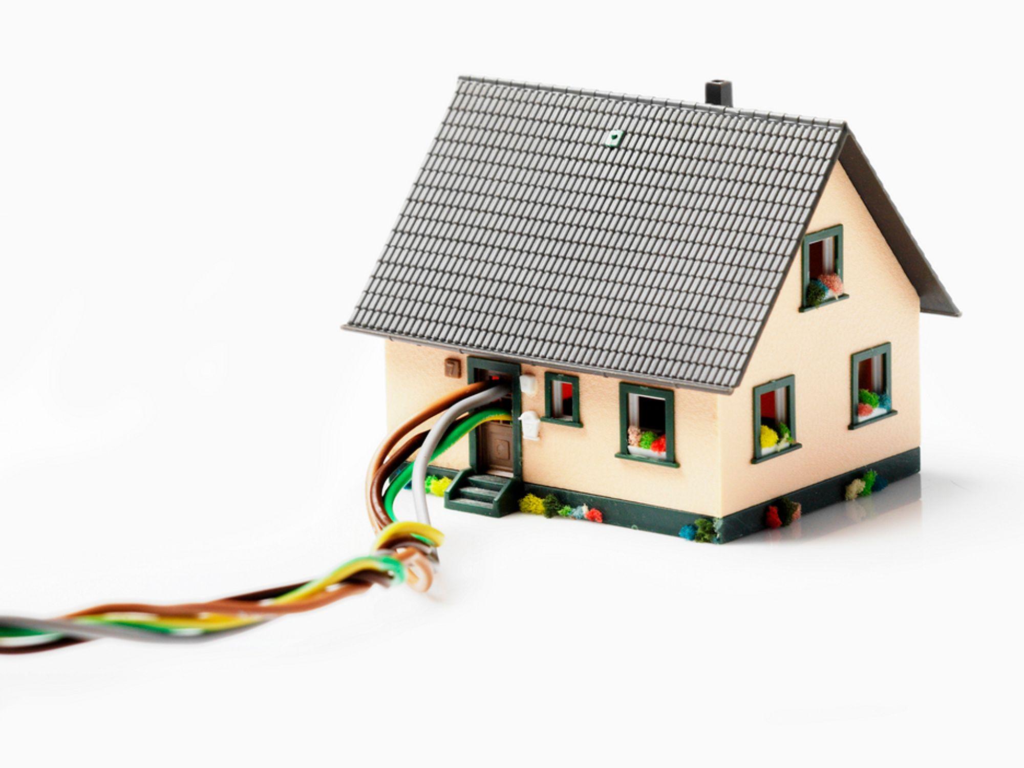 LOV: Alle hus skal ligge innenfor 2 kilometer fra en kabel som har en minimumskapasitet på 100 Mbit i 2015, ifølge finske myndigheter. Delmålet er 1 Mbit i 2010.
