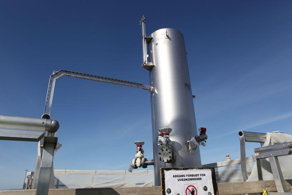 AMIN-FANGST: Dette er toppen på det 62 meter høye absorbsjonstårnet på Mongstad hvor Aker Clean Carbon skal teste sin aminbaserte CO2-fangst. Nå har selskapet inngått en allianse med selskapet Worley Parsons for å forsøke å selge teknologien i USA og Canada.