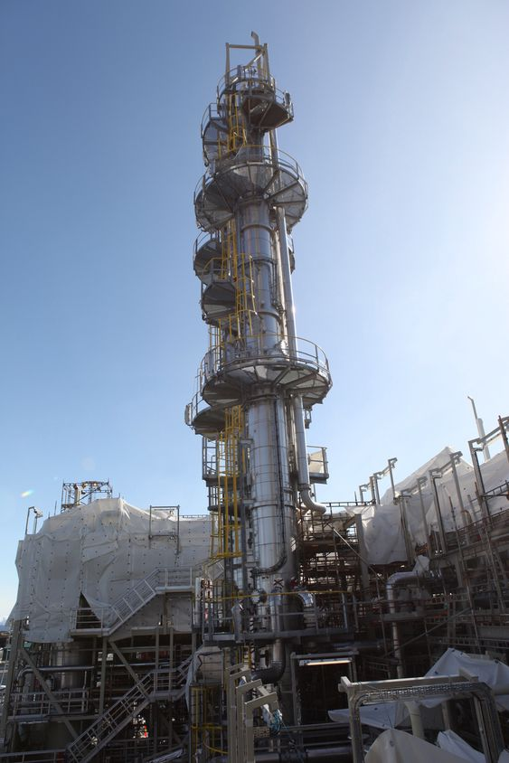 """Teknisk Ukeblad besøker Mongstad 30. mars 2011 for å se på Aker Clean Carbons aminanlegg med sitt 62 meter høye absorbsjonstårn og Alstoms 30 meter høye tårn ved siden av, samt raffineriet og kraftvarmeverket. Teknisk Ukeblad besøker Testsenter Mongstad (TCM) 30. mars 2011 for å se på Aker Clean Carbons aminanlegg med sitt 62 meter høye absorbsjonstårn og Alstoms 30 meter høye tårn ved siden av, samt raffineriet og kraftvarmeverket. Dette er den største energiforbrukeren i CO2-fangst med aminer, nemlig såkalte """"strippere"""" hvor absorpsjonsvæsken varmes for å få ut CO2-en. Dette krever mye varme."""