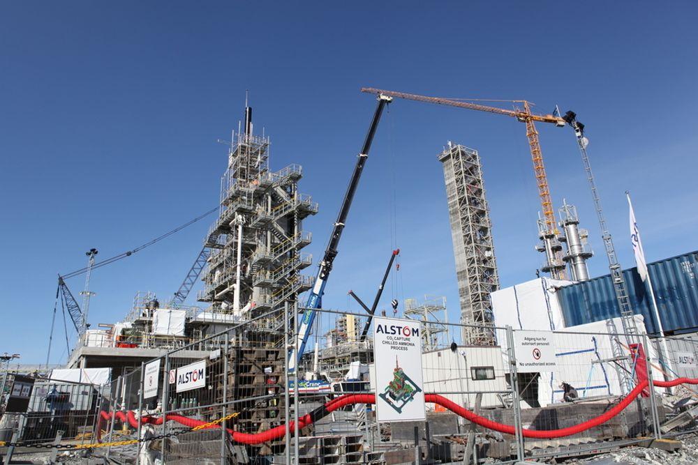 BLIR DYRERE: Til venstre ser du Alstoms 30 meter høye absorbsjonstårn på Teknologisenter Mongstad. Her skal teknologien for CO2-fangst med nedkjølt ammoniakk testes. Nå blir dette 300 millioner kroner dyrere.