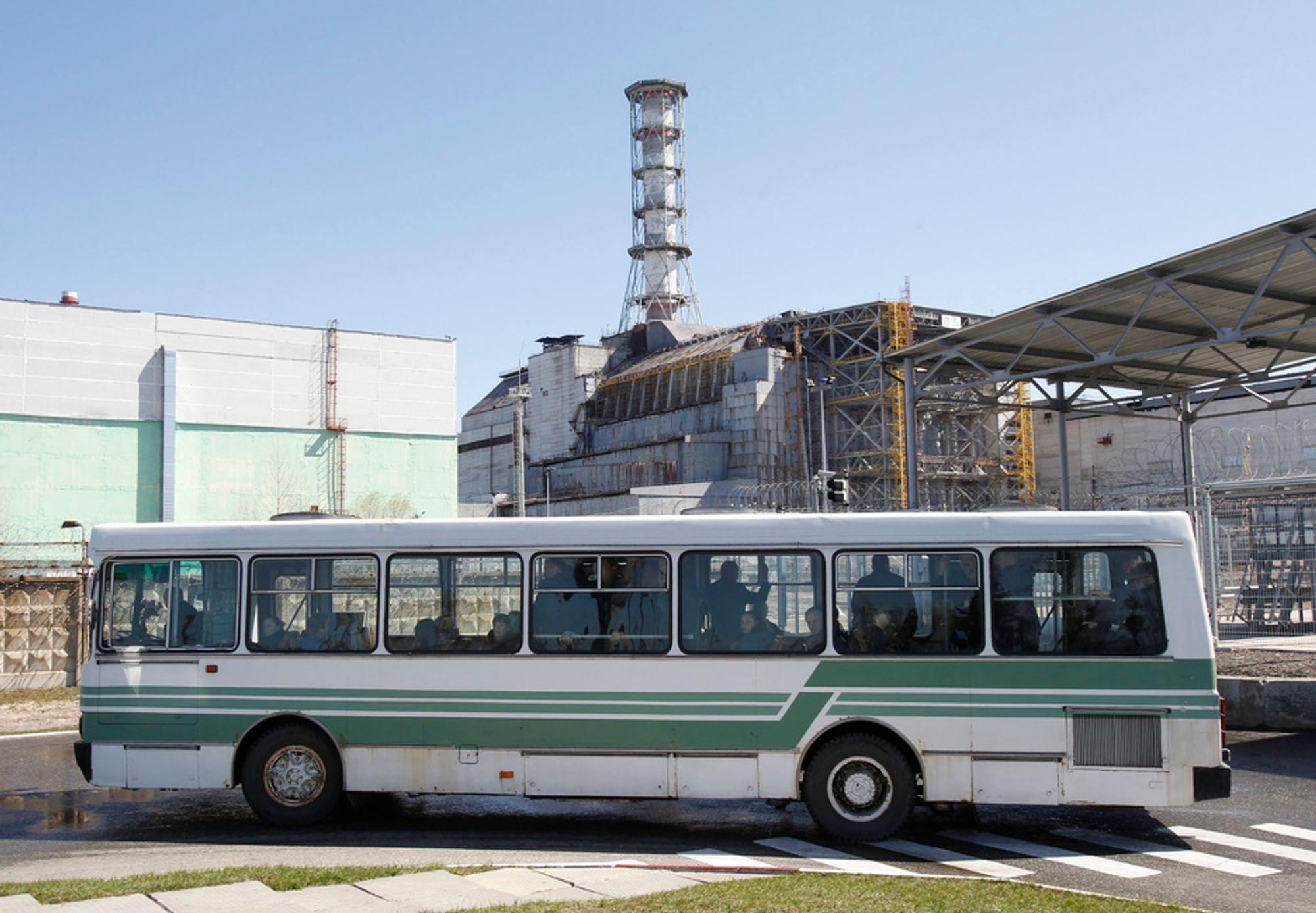 RAGER: Den ødelagte atomreaktoren i Tsjernobyl i Ukraina rager fortsatt som et monument over historiens verste atomulykke. Tirsdag er det 25 år siden historiens verste atomulykke.
