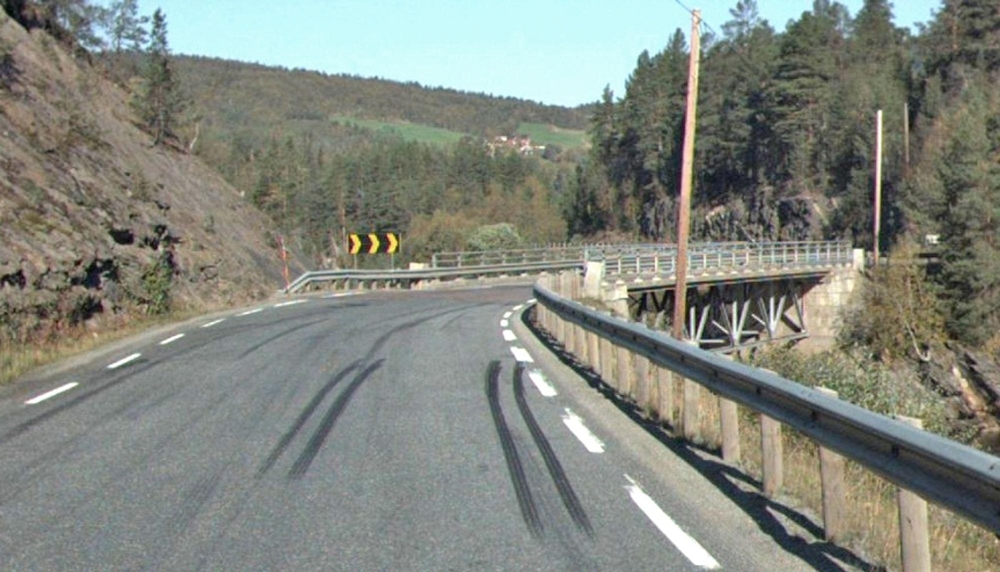 Doble bremsespor foran Nåverdalsbrua forteller om en krapp sving som har kommet overraskende på en lastebilsjåfør. Nå skal svingen bort.