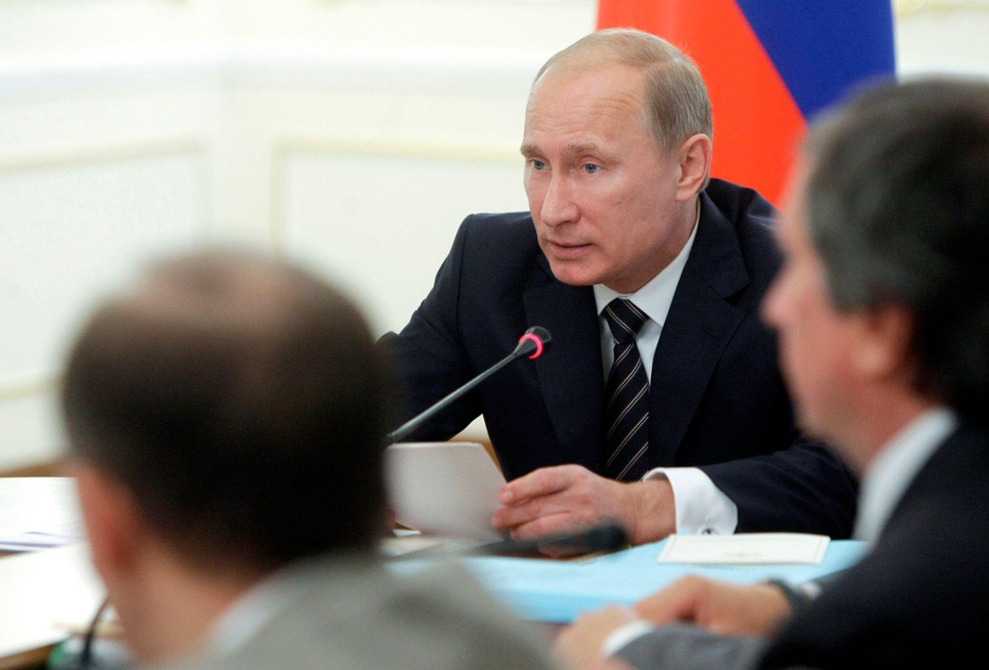 Russlands president Vladimir Putin snakker under en pressekonferanse onsdag, hvor han kunngjorde at franske Total får bli med i et arktisk gassprosjekt.