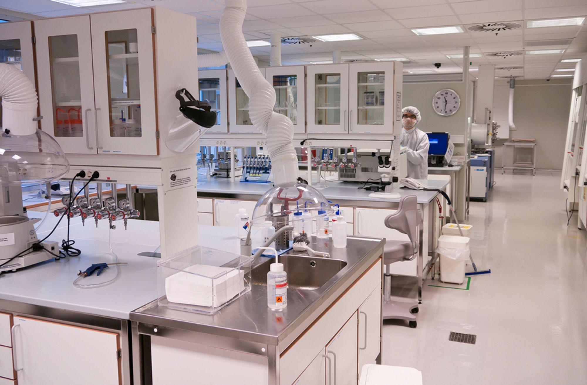 MANGE VIL HIT: Nanoteknologi er et av de mest populære studiene ved NTNU i år, men populariteten sender også opptakskravene i taket. Bilde fra NTNUs nanolab.