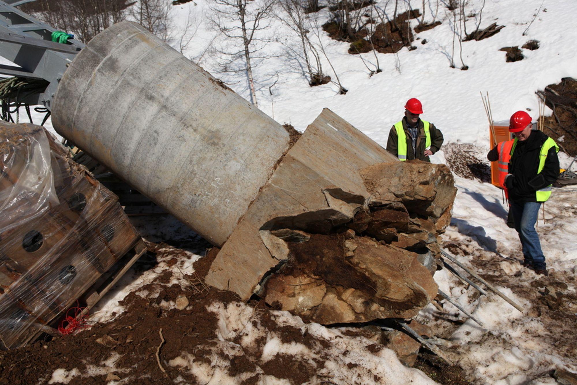 MONSTERHAVARI: En av mastene havarerte for det kroatiske selskapet Dalekovod, som bygger ny høyspentlinje mellom Sauda og Liastølen for Statnett. På bildet ser vi Geir Bruun, som er seksjonsleder for mekanisk prosjektering i Statnett, og sivilingeniør John Petter Sivertsen i Statnett.
