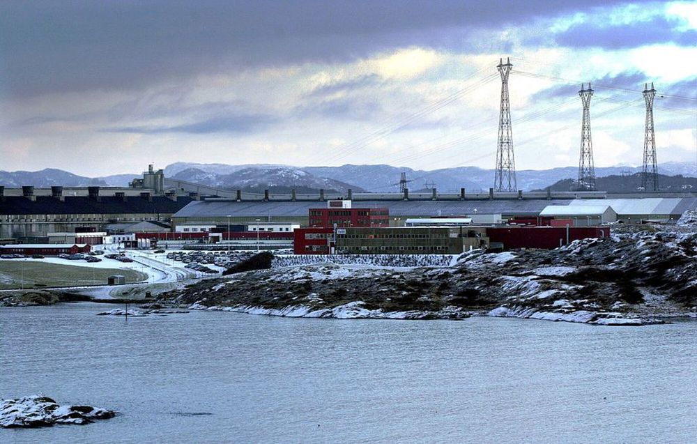 FORSKUDDSBETALT: Statnett kan ikke ta seg forskuddsbetalt for utbyggingene i sentralnettet, mener Norsk Industri. Bildet viser de enorme kraftmastene ved Hydros aluminiumsverk på Karmøy.