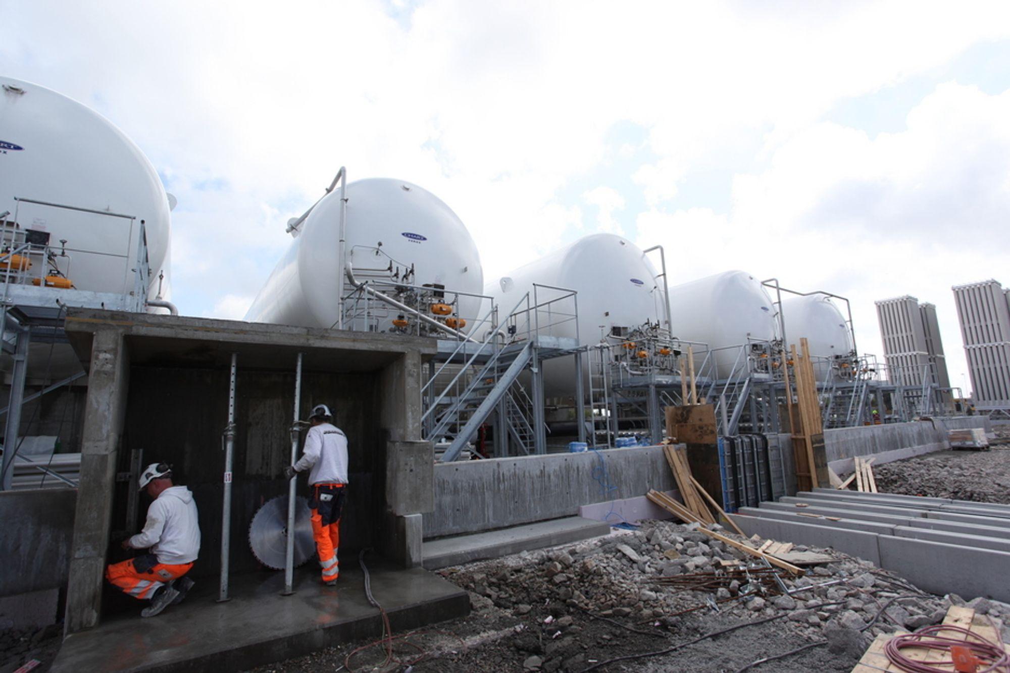TOMME TANKER: Dette er LNG-tankene som Skangass nå bygger for datterselskapet Nordic LNG på Øra Industriterminal i Fredrikstad. Blant kundene i området er Frevar, Gyproc, Kronos Titan samt Nordic Paper.