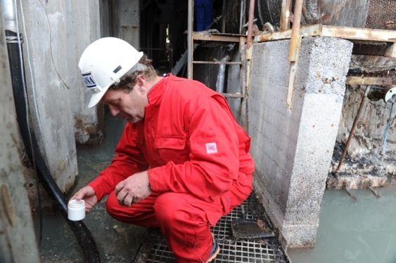 Sandefjord  20110620.Frederic Hauge fra Bellona aksjonerer på Oleon i Sandefjord. Miljøstiftelsen mener Oleon driver ulovlig lagring av oljeavfall. Foto: Per Langevei /  Sandefjords Blad / Scanpix
