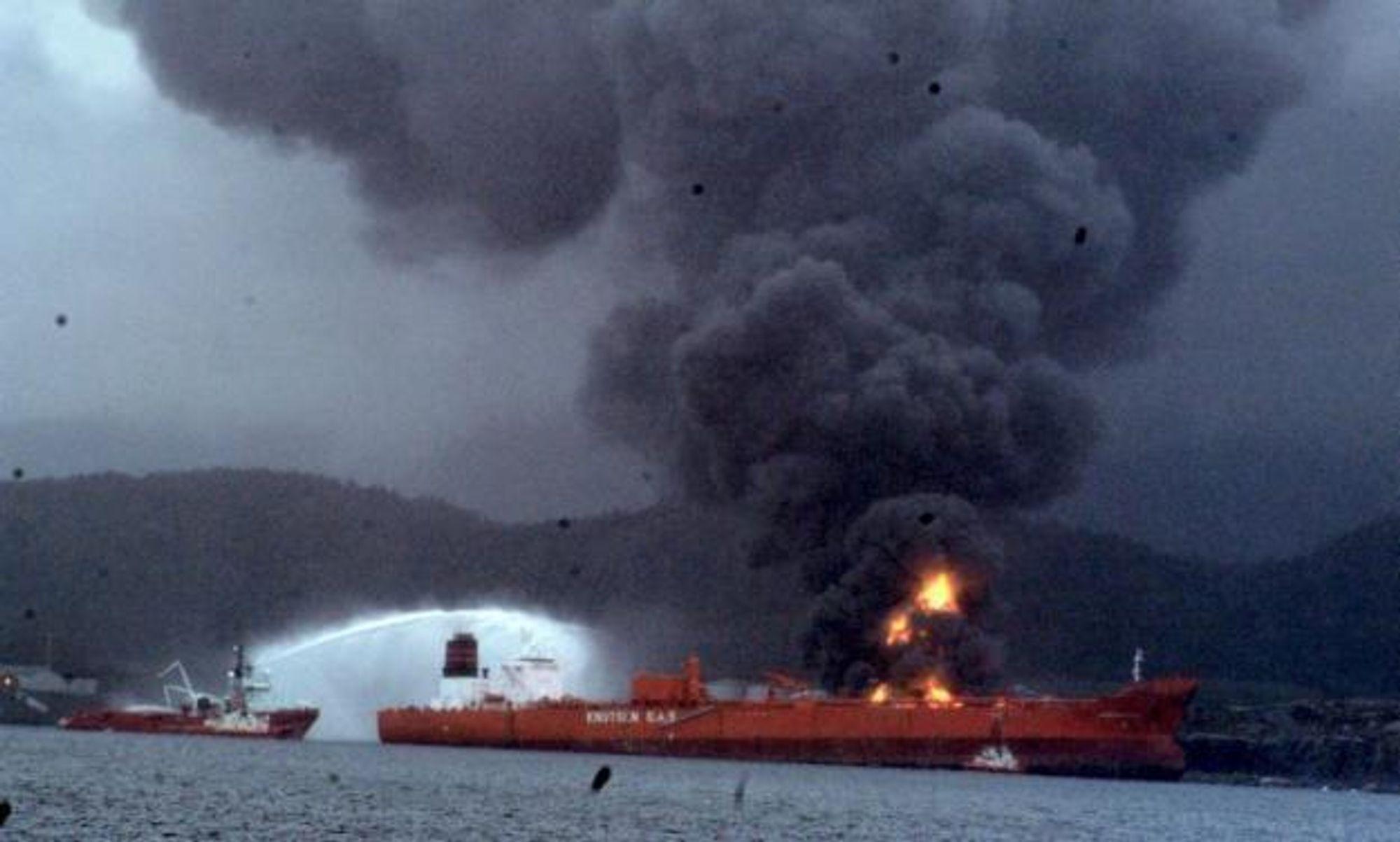 EKSPLOSJONSBRANN: En tank eksploderte på industriområdet til Vest Tank  ved Sløvåg i Gulen. Bellona vil ha gransking av alle slike tankanlegg etter storbrannen.