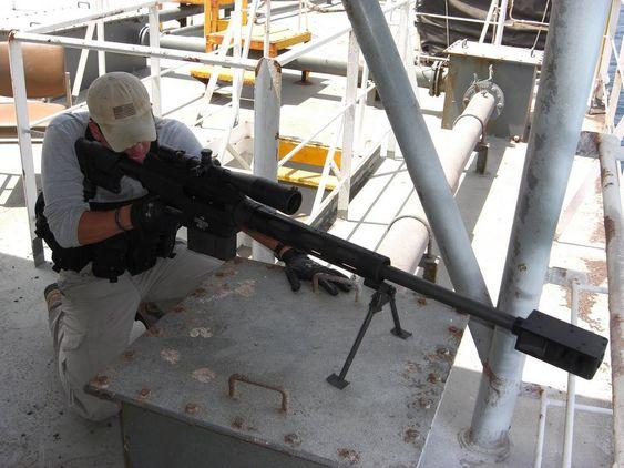 RIFLE: Nordic American Tanker Shipping kjøper beskyttelse fra to britiske firmaer. Vakter med jaktrifler er med og avfyrer skremmeskudd på 500 meters avstand. De skal ikke skyte pirater, bare ødelegge motor og båt dersom de ikke lar seg skremme bort.