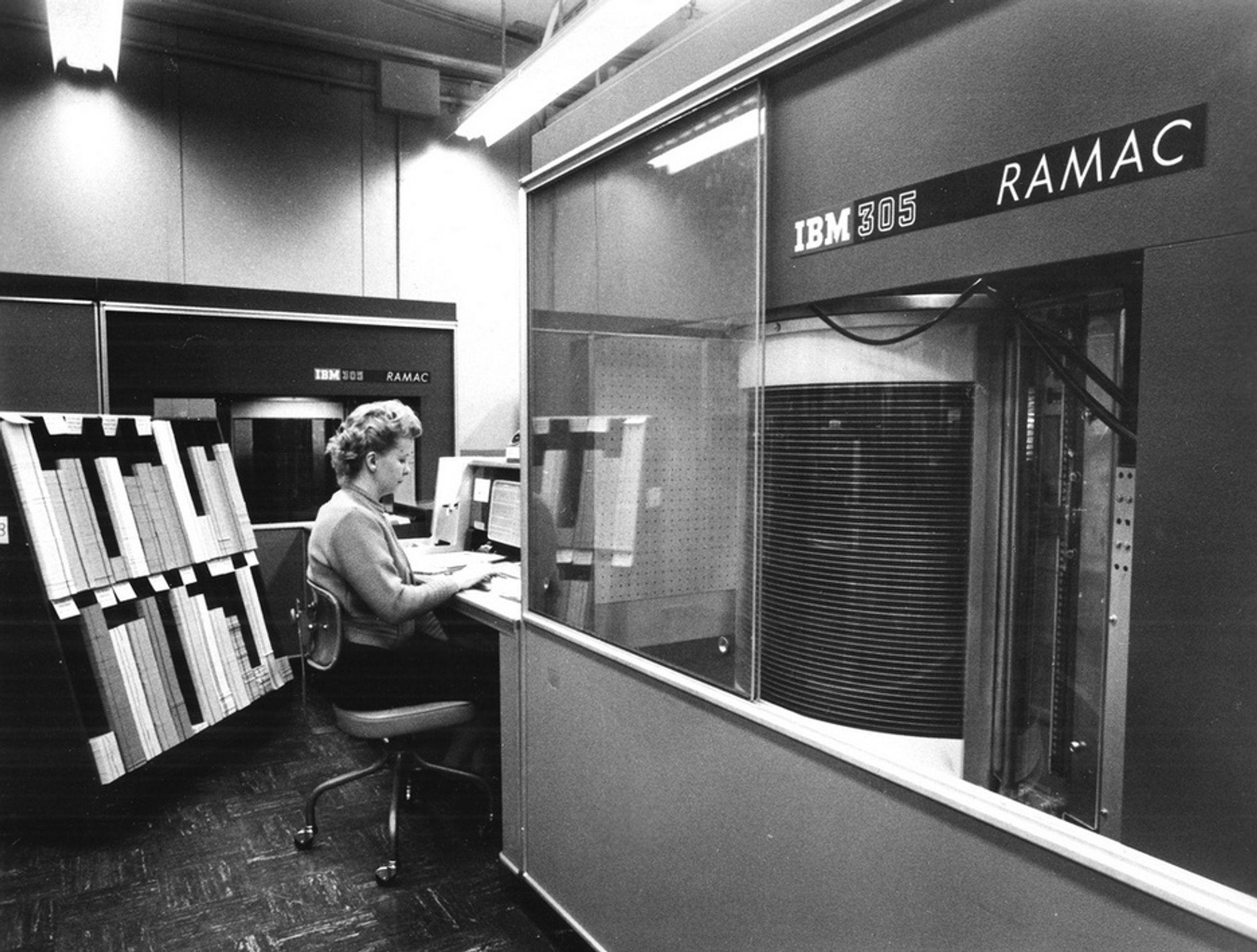 HARDDISKEN: IBM introduserte i 1956 305 RAMAC - Random Access Method of Accounting and Control. Det var verdens første harddisk som lynraskt kunne hente informasjon fra hele lageret. Et monster etter dagens standard med 50 disker på 60 cm i diameter som bare lagret 2000 bits per kvadrattomme. Totalt lagret den 10 MByte og veide ti tonn.