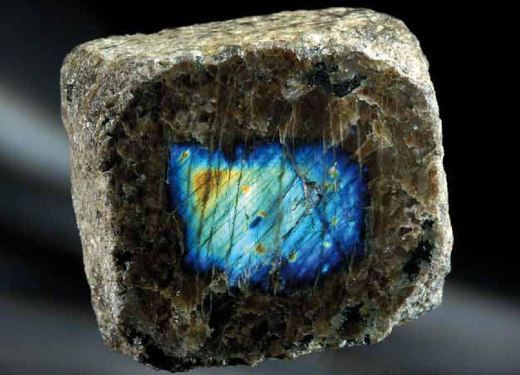 NORSKE MINERALER: Dette er det dekorative mineralet labradoritt, fra Hidra, Flekkefjord. Mineralet pryder forsiden av boken Norges mineraler, hvor det er beskrevet 830 mineraler som finnes i Norge. 17 av dem ble funnet i 2010.