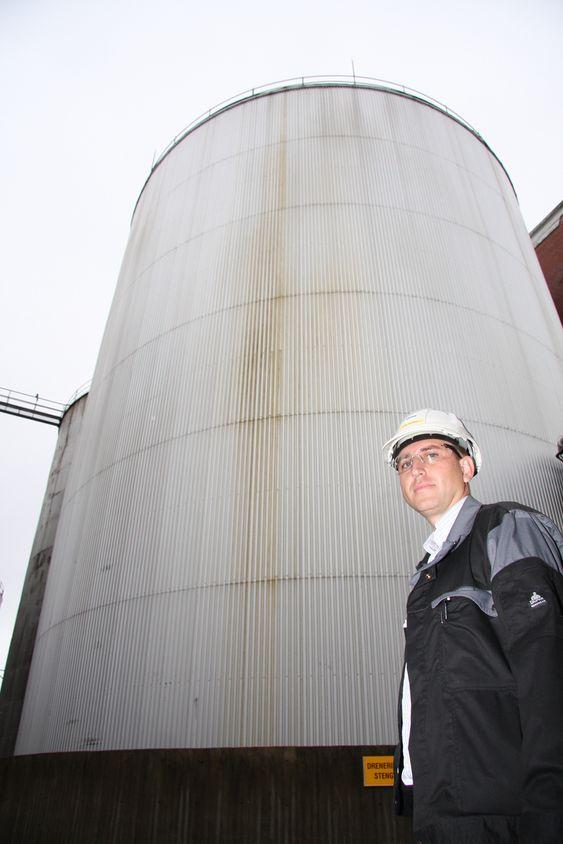 FULL: DVS Norge har fra høsten 2009 og i hele 2010 levert til sammen 32.500 kubikkmeter farlig avfall og pumpet over i12 tanker hos Oleon. Erik Røyeng fra Oleon foran en av tankene.