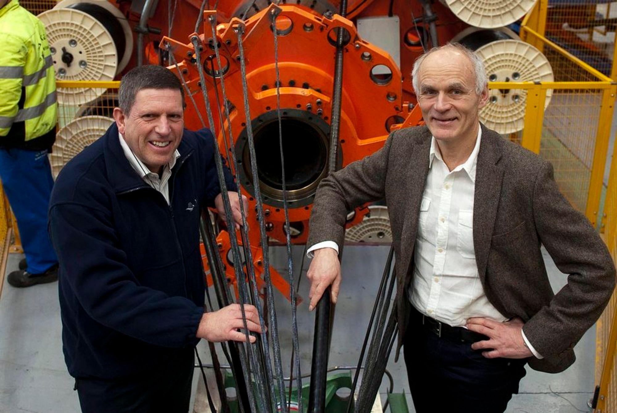 NYE LEVERANSER: Draka skal levere kabler til to av verdens største havvindparker, Baltic 2 og Gwynt y Môr. Dette er markedsdirektør Martin Dale (til venstre) og administrerende direktør Hans Henrik Bruusgaard ved selskapets ett år gamle kabelfabrikk i Drammen.