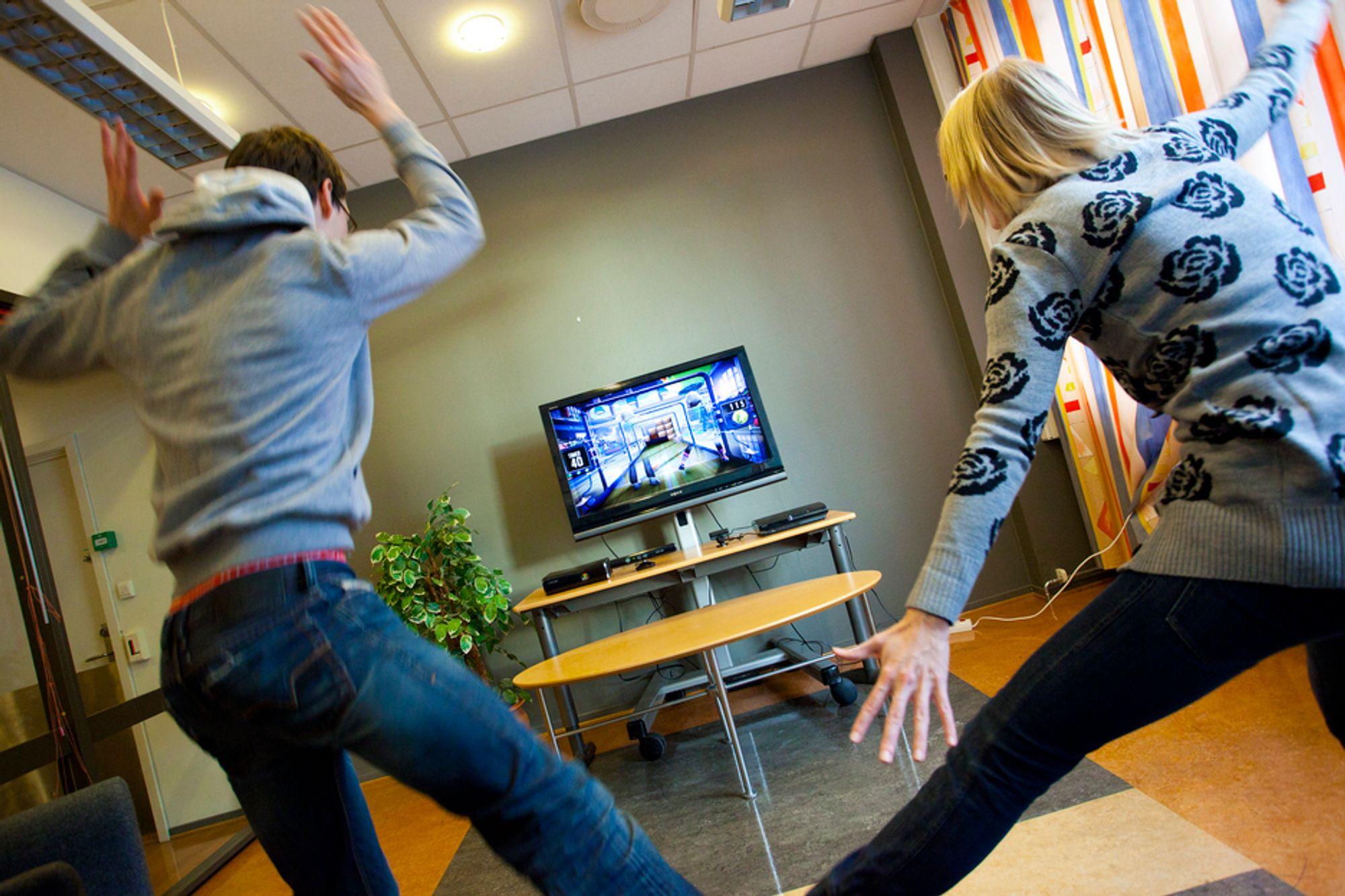 SPRETTEN: Microsoft Kinect gir store muligheter for aktive spillopplevelser. Her Teknisk Ukeblads medarbeidere i en runde Rallyball.