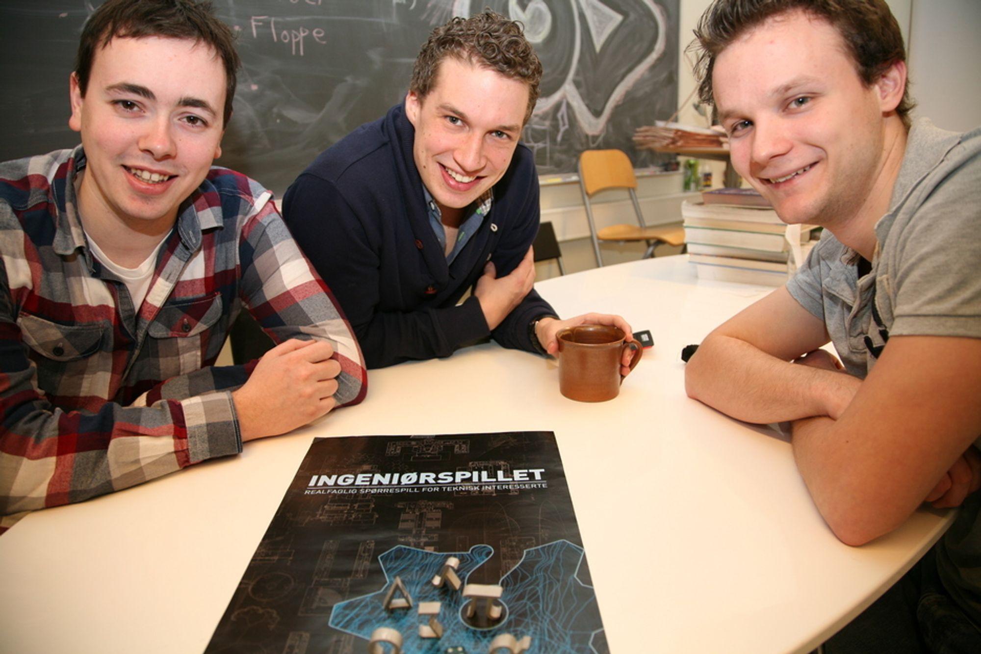 SPILL: I begynnelsen lot Gøran Berntsen (f.v.), Andreas Bertheussen og Bård Gamnes (alle 25) medstudenter og andre foreslå spørsmål til spillet. Forslagene rant inn.