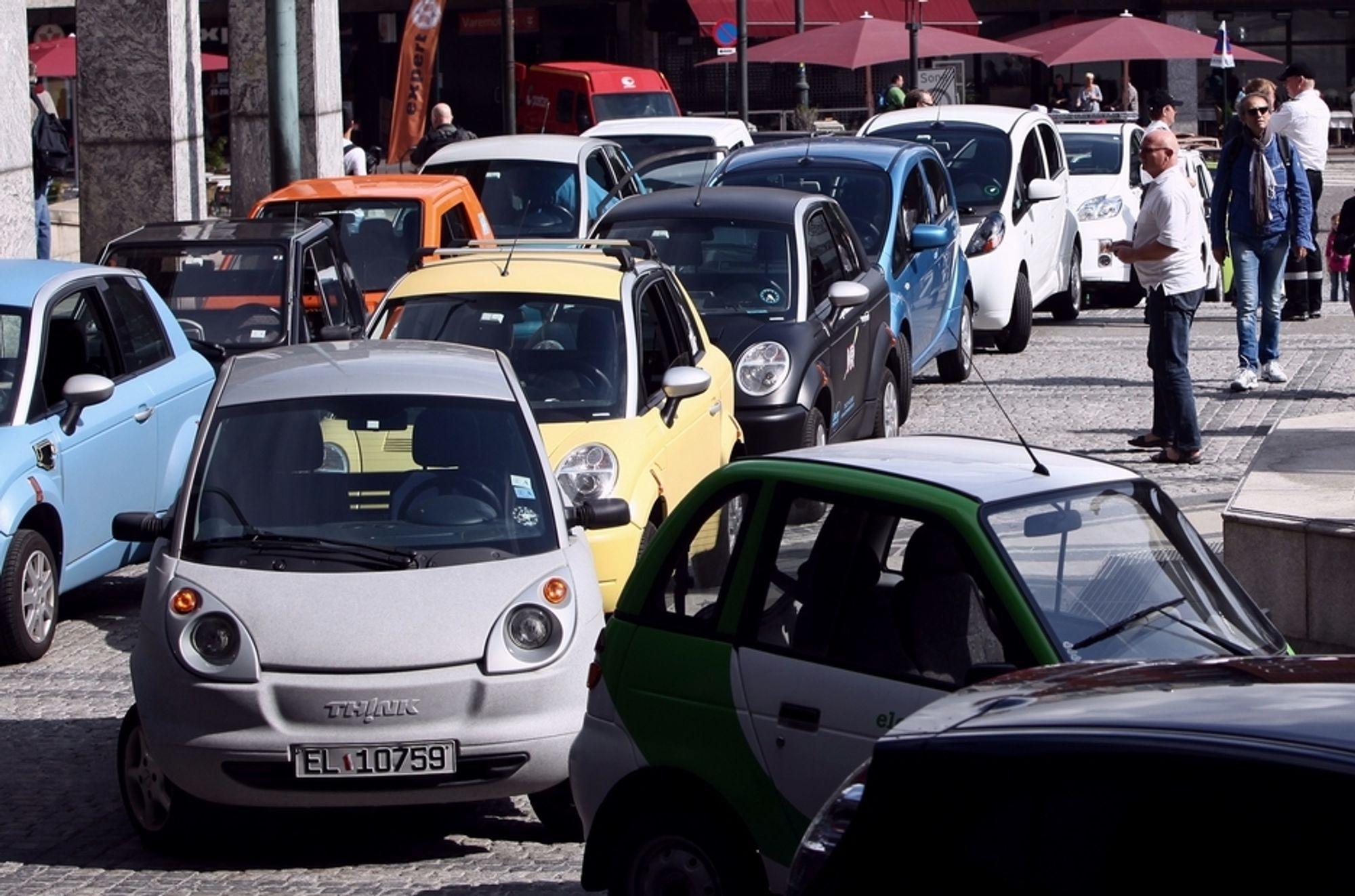 ELEKTRISK OPPMØTE: Elbiler, som disse Think-bilene, er ikke fredet til 2015. Men endringer i rammebetingelsene vil være avhengig av utbredelsen på norske veier.